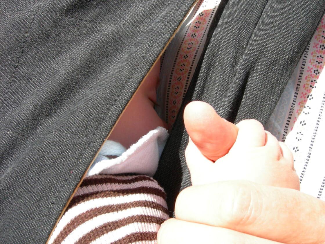 Baby_holder_om_tommelfinger
